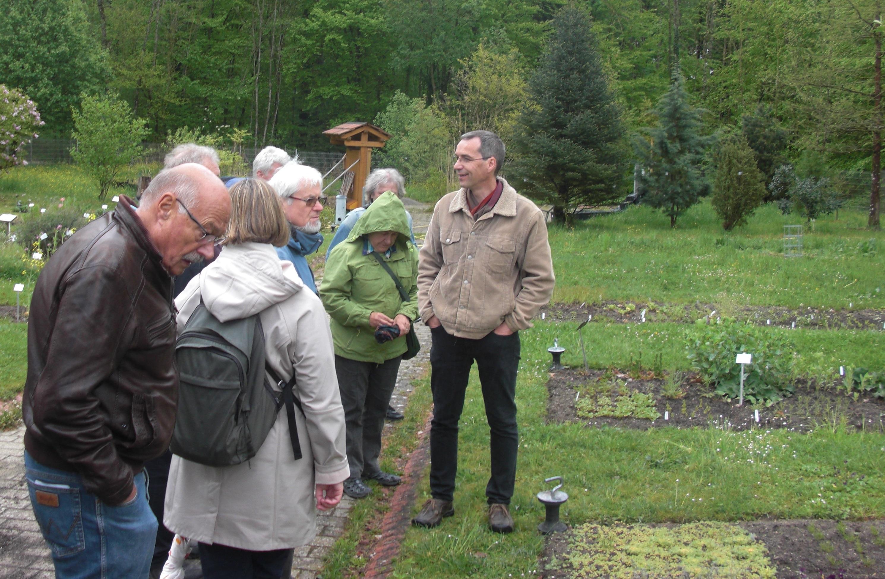 Dr. Gregor Schmitz (r.) im Freigelände des Botanischen Gartens Konstanz (Foto: Matthias Appelt)
